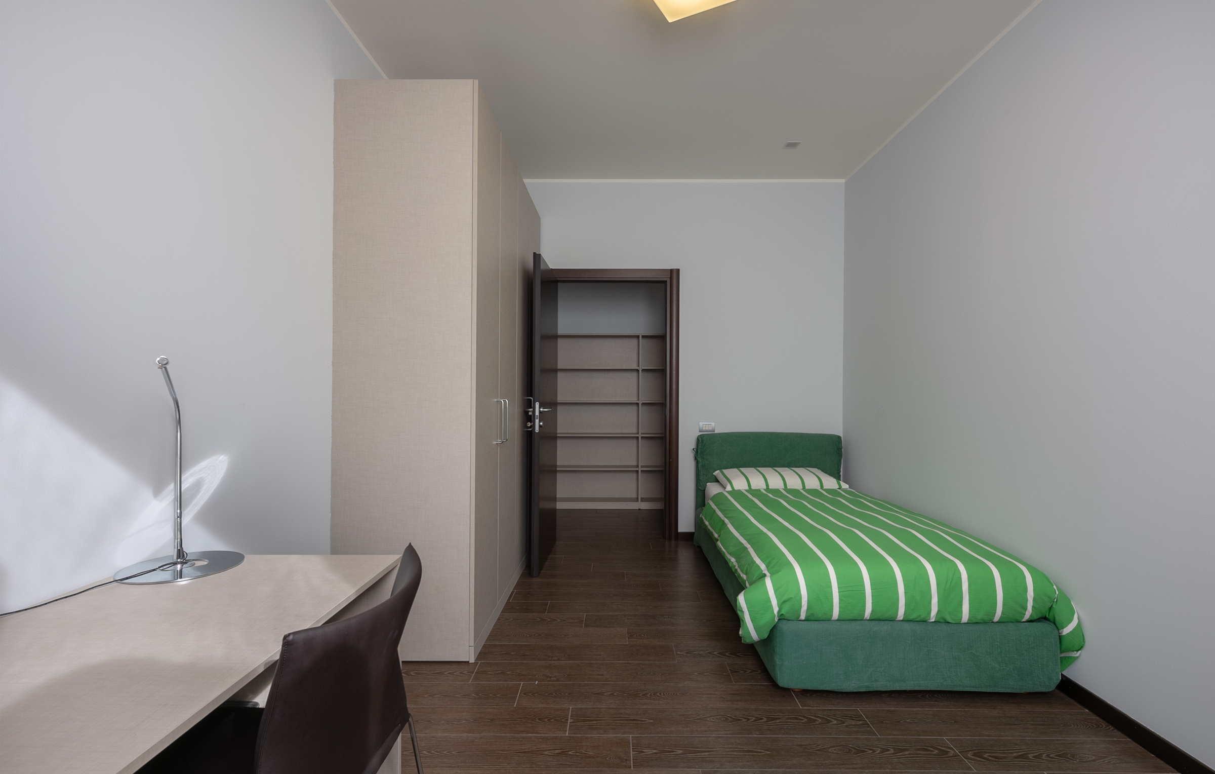 I trilocali con terrazza hanno 2 camere e un soggiorno attrezzato con divano