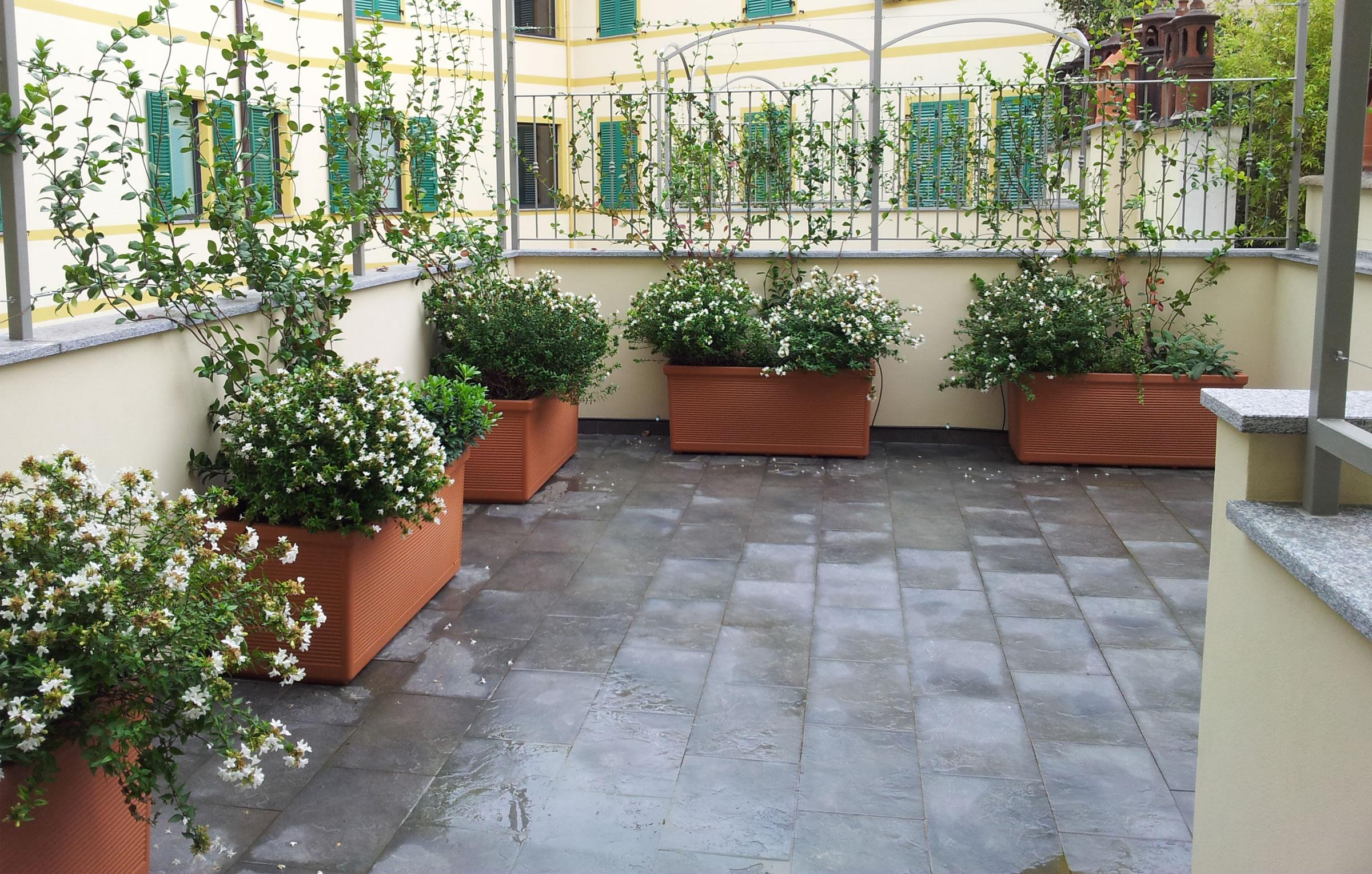 terrazza con tavolo e sedie