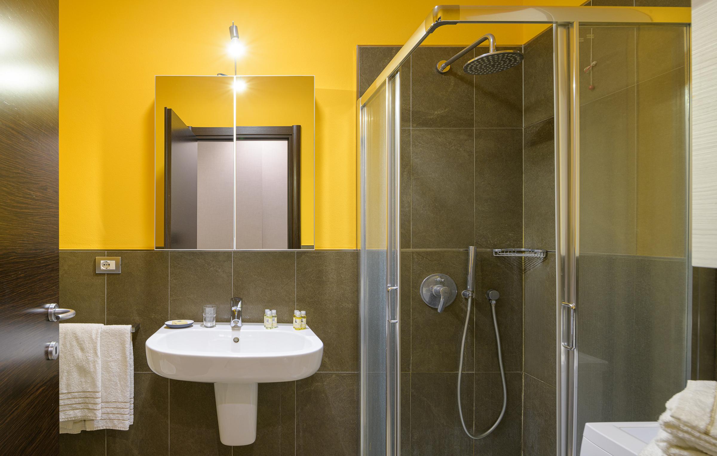 ll bagno degli appartamenti di Residenza Porta Volta a Milano ha doccia e lavatrice