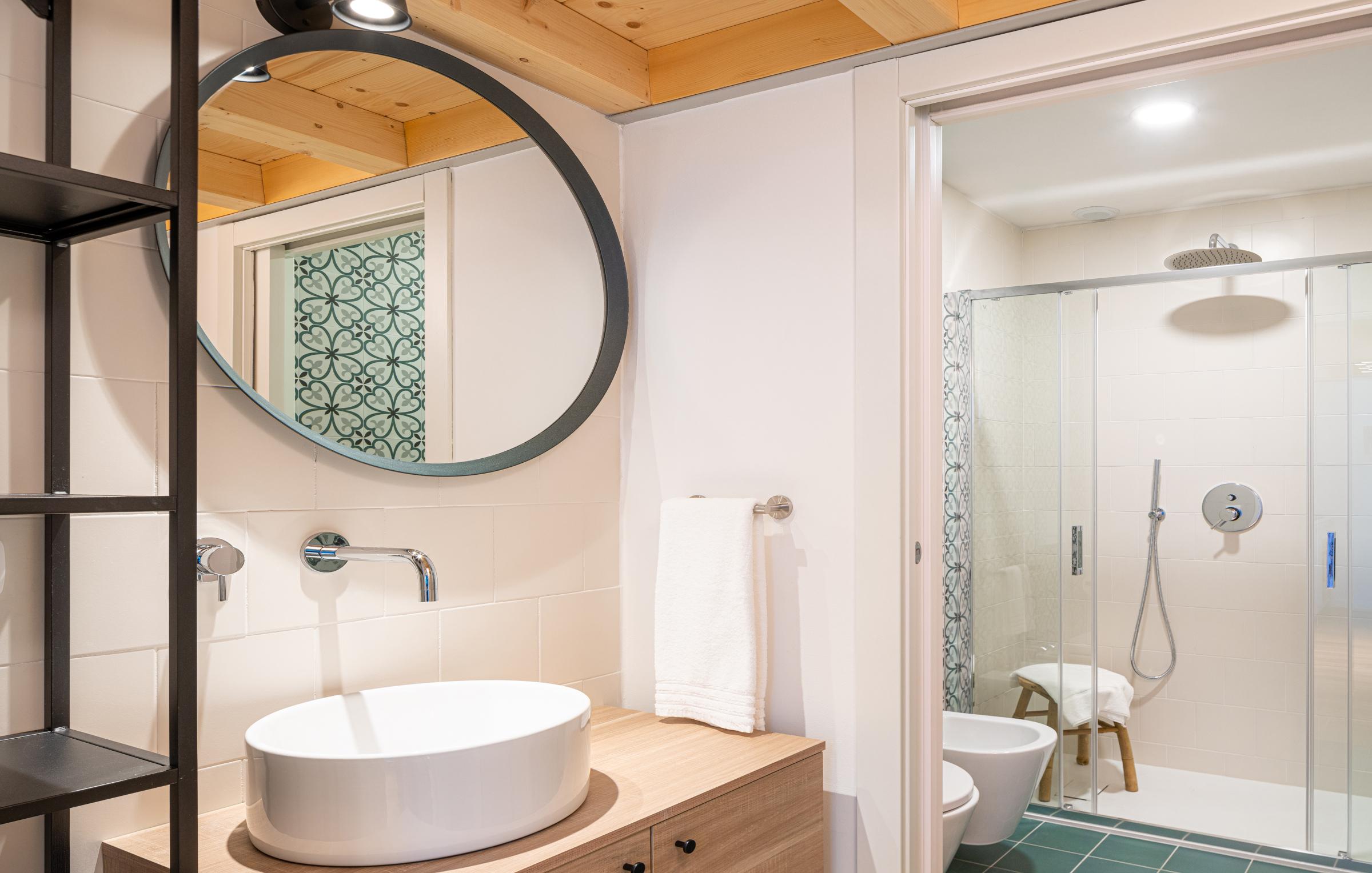 ll bagno degli appartamenti di Residenza Dergano a Milano ha una grande doccia